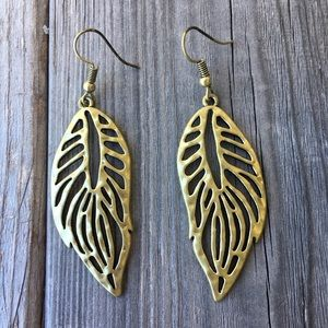 Jewelry - Goldtone leaf hook earrings
